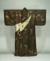 Kosode (kimono with small wrist openings), with wisteria motif on fabric dyed in white, black and redimage